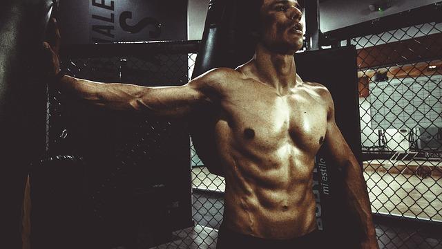 Mann im Fitnessstudio mit glatter Brust