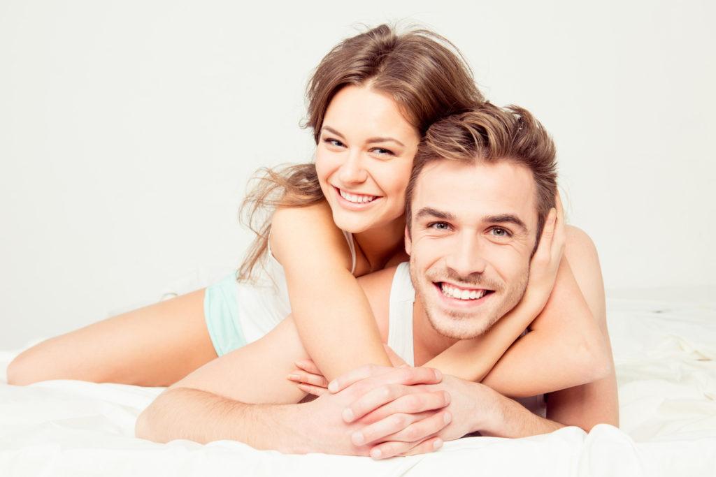 Frau und Mann genießen gemeinsam die Zeit