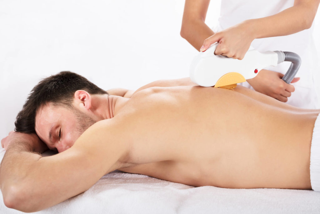 Mann-erhält-eine-Behandlung-mithilfe-der-SHR-Technik