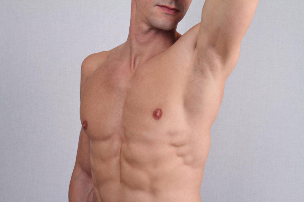Mann mit glatter Brust
