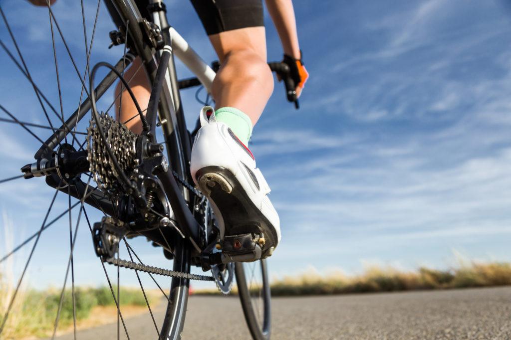 Rennradfahrer mit glatten Beinen