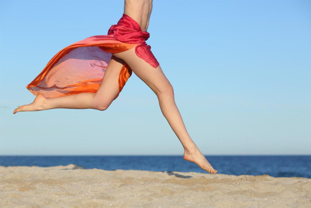 Frau am Strand mit glatten Beinen
